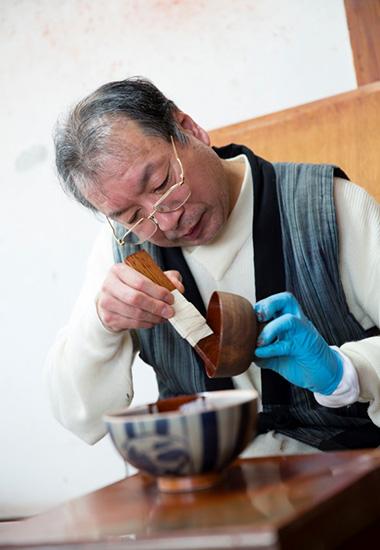 塗師を始めて40年以上、隆さんは迷うひまもなく無我夢中で漆を塗ってきた。近年は漆を掻いたり、漆を植えたりもする。