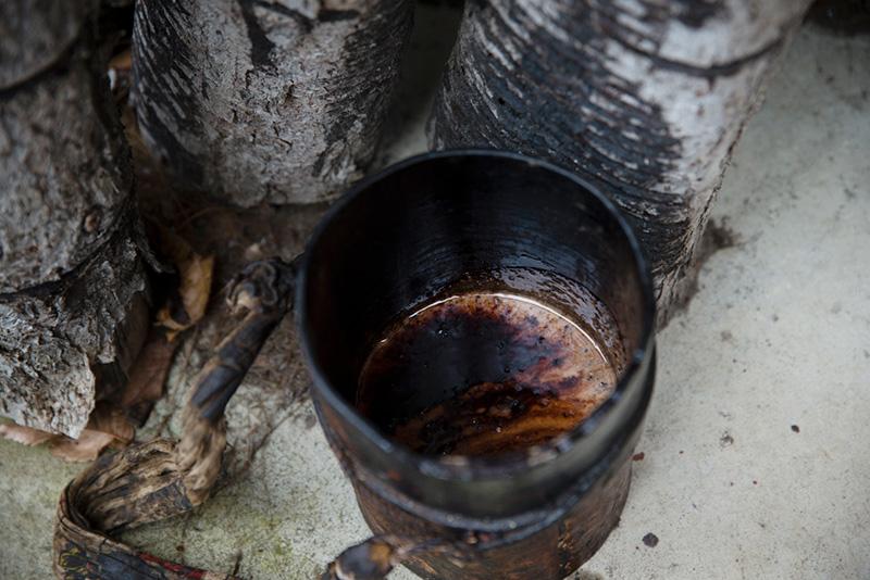 タカッポは、漆掻きが自分でつくる。ホオノキやシナノキの皮などが使われる。把手にも漆が触れるので黒く染まる。