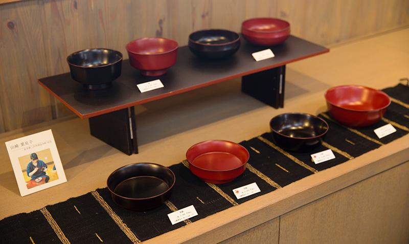 滴生舎の店内には、山崎さんの作品のコーナーが設けられている。