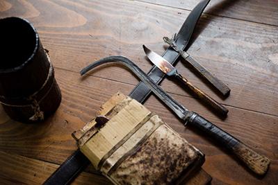 漆掻きの基本の道具。右から漆カンナ、ヘラ、皮取りカマ。これにチェンソーやヘルメットもつく。