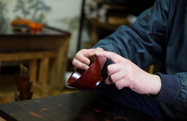 木地は、漆掻きの研修生だった県外の人に頼んでいる。形と色の妙。これは、ごはん用の椀を意識してつくったもの。