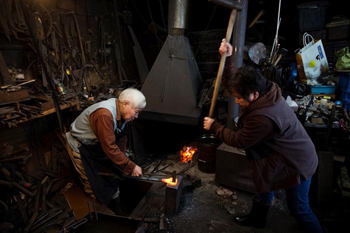 鉄に鋼をのせて打ち込む、夫唱婦随の漆カンナづくり。あうんの呼吸で作業が進む。